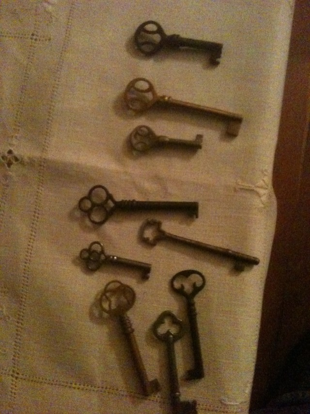 I like the designs on these old keys. Would adapt well to ironwork.